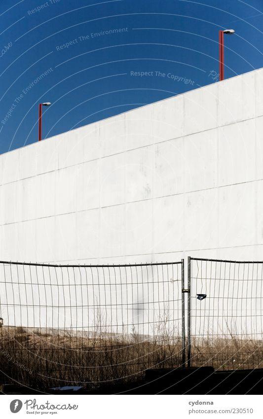 Freifläche Wolkenloser Himmel Wiese Architektur Mauer Wand Fassade Einsamkeit Langeweile ruhig Schutz stagnierend Vergänglichkeit Wandel & Veränderung Betonwand