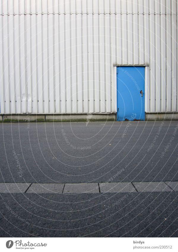 Blaue Tür zur Maloche blau Straße Fassade einfach Fabrik Asphalt parallel Lagerhalle Ausgang Eingangstür Industriegelände