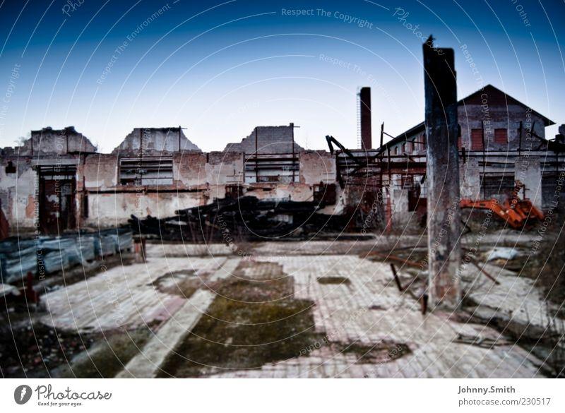 Villa de Ruine Kleinstadt Menschenleer Gebäude dreckig ruhig Ende Zerstörung Farbfoto Außenaufnahme Tag Zentralperspektive Verfall Haus verfallen