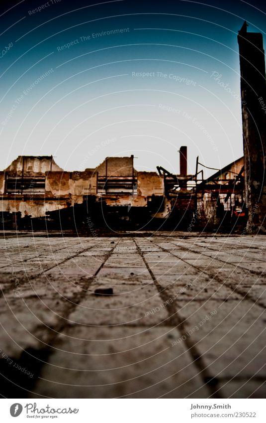 flush with the surface Menschenleer Industrieanlage Fabrik Ruine Mauer Wand Fassade Stein dreckig stagnierend Farbfoto Außenaufnahme Tag Froschperspektive