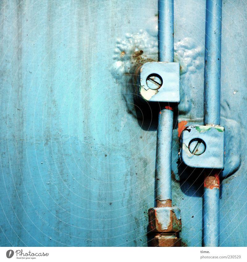 Alles unter Kontrolle, aber selbstverständlich! alt blau Metall Elektrizität Wandel & Veränderung Sicherheit Kabel Metallwaren bedrohlich Kunststoff Rost Stress Risiko Eisen Blech Schraube