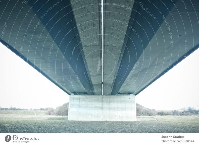 Flügelwegbrücke Ferne Wiese Mauer Arme Beton Brücke Dach Autobahn Symmetrie Perspektive Brückenpfeiler Betonmauer unter einer Brücke