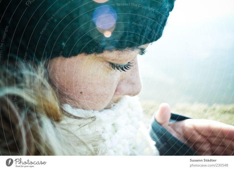 Suse Frau Jugendliche Hand Erwachsene Gesicht feminin Kopf Haare & Frisuren blond 18-30 Jahre Mütze Wimpern Schal Leberfleck Blendenfleck Porträt