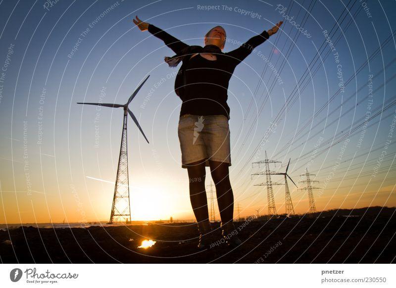Windenergie II Mensch Frau Himmel Jugendliche Sommer Erwachsene Umwelt Landschaft Feld Arme fliegen Energiewirtschaft Klima Elektrizität stehen