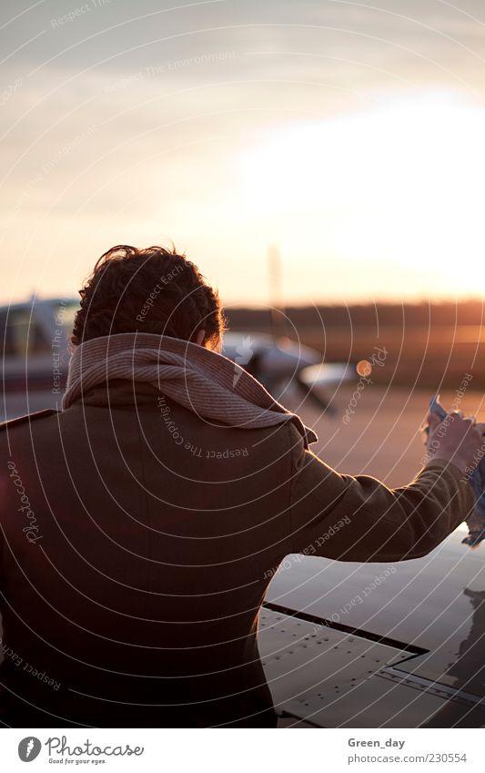 Alles fertig....? Ausflug Mann Erwachsene 1 Mensch Sonne Sonnenaufgang Sonnenuntergang Schönes Wetter Flugzeug Sportflugzeug Mantel Schal berühren Bewegung