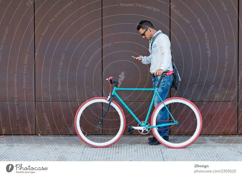 Ein stilvoller Geschäftsmann mit Handy mit Retro- Fahrrad Lifestyle Ferien & Urlaub & Reisen Abenteuer Business Telefon PDA Technik & Technologie Mann