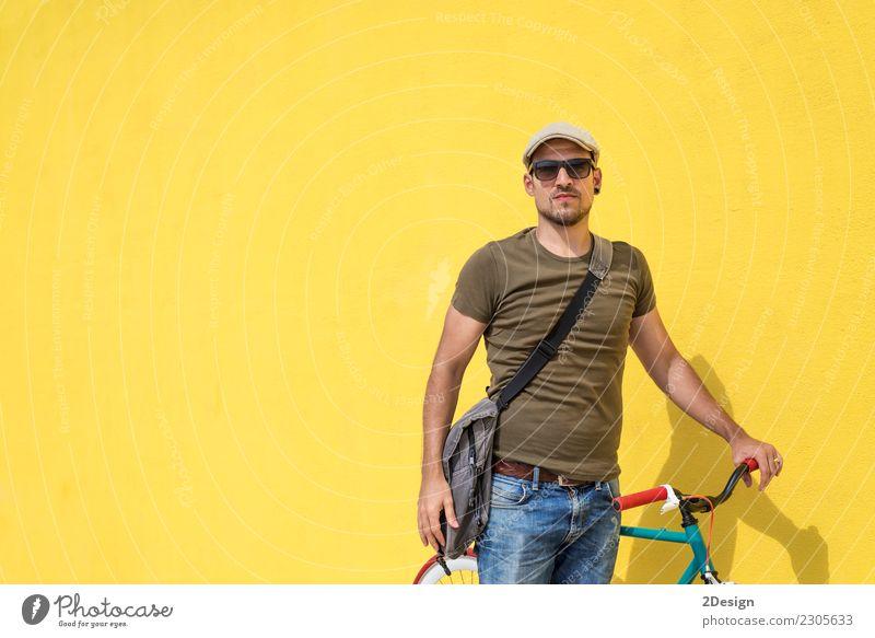 Bemannen Sie die Aufstellung mit seiner tragenden Sonnenbrille des festen Gangfahrrades Lifestyle Stil Freude Glück Freizeit & Hobby Ferien & Urlaub & Reisen