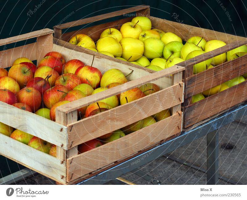 Apfelkisten grün rot Ernährung Lebensmittel Frucht frisch Ernte lecker Bioprodukte Kiste Ware Markt Ackerbau Marktstand Holzkiste