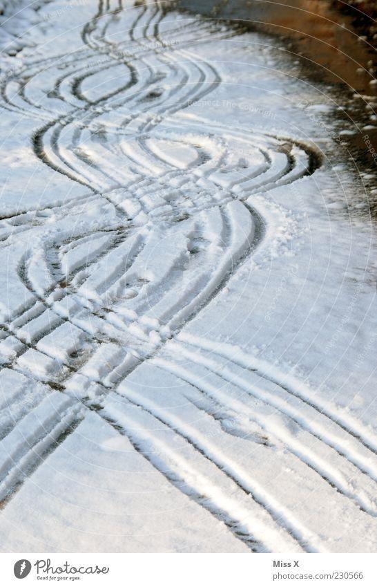 Sauftour schlechtes Wetter Eis Frost Schnee Straße Wege & Pfade kalt Spuren Wellenform Farbfoto Außenaufnahme Muster Menschenleer Schneespur Kurve