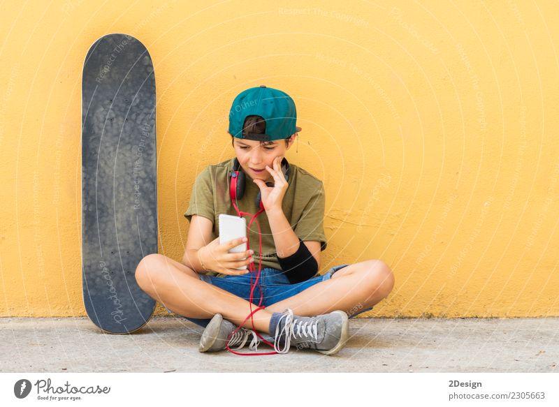 Portrait eines Jugendlichen, der auf dem Fußboden sitzt Lifestyle schön Gesicht Leben Freizeit & Hobby Freiheit Musik Telefon Headset PDA Technik & Technologie