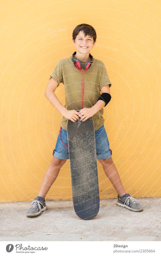 Ein Teen mit Skateboard auf der Stadtstraße Mensch Mann Farbe Einsamkeit Freude Erwachsene Straße Lifestyle Gefühle Sport Stil Junge Glück Mode Kindheit stehen