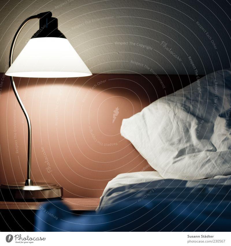 Schäfchen zählen Mauer Wand Holz leuchten Nachttisch Leselampe Bett Bettlaken Kissen dunkel Schlafzimmer Schlafmatratze Farbfoto Abend Kunstlicht Metall