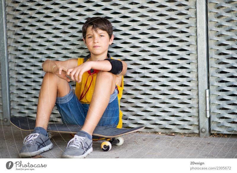 Beiläufige gekleidete junge jugendlich Schlittschuhläufer draußen Porträt (Lebensstil) Lifestyle Freude Erholung Freizeit & Hobby Sommer Sport Kind Mensch Junge