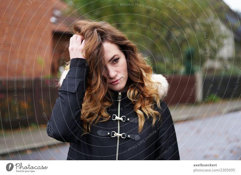 traurige junge Frau auf der Straße / Winterdepression Einsamkeit Traurigkeit nachdenklich Lifestyle Mensch Junge Frau Erwachsene Stadt Jacke Mantel brünett