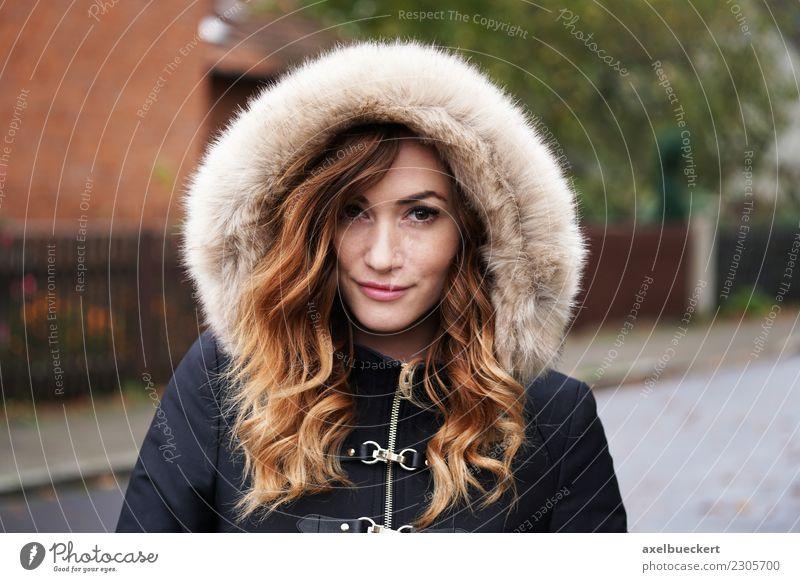 junge Frau in Winterjacke Lifestyle Mensch feminin Junge Frau Jugendliche Erwachsene 1 18-30 Jahre Herbst Wetter schlechtes Wetter Stadt Straße Mode Jacke