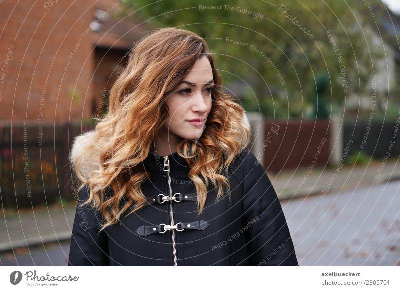 nachdenkliche junge Frau auf der Straße Lifestyle Winter Mensch feminin Junge Frau Jugendliche Erwachsene 1 18-30 Jahre Stadt Jacke Mantel brünett langhaarig