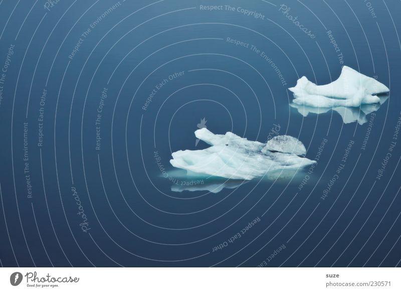 treiben lassen Natur blau Meer ruhig kalt Umwelt Eis Klima Frost Island Im Wasser treiben Wasseroberfläche Eisberg Wasser schmelzen Eisscholle