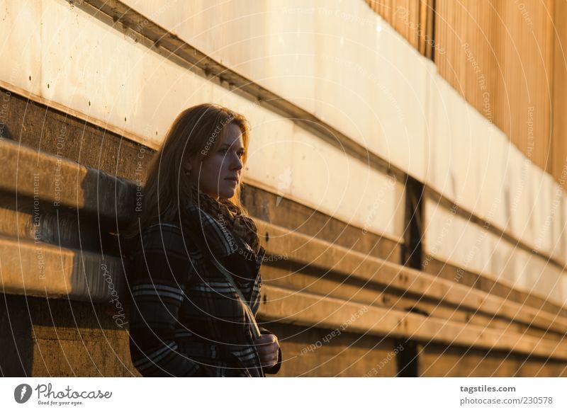 ABSCHIED Frau Sonne Herbst Wand Wärme Traurigkeit Denken orange Wandel & Veränderung nachdenklich Abschied langhaarig Neuanfang anlehnen Fluchtpunkt