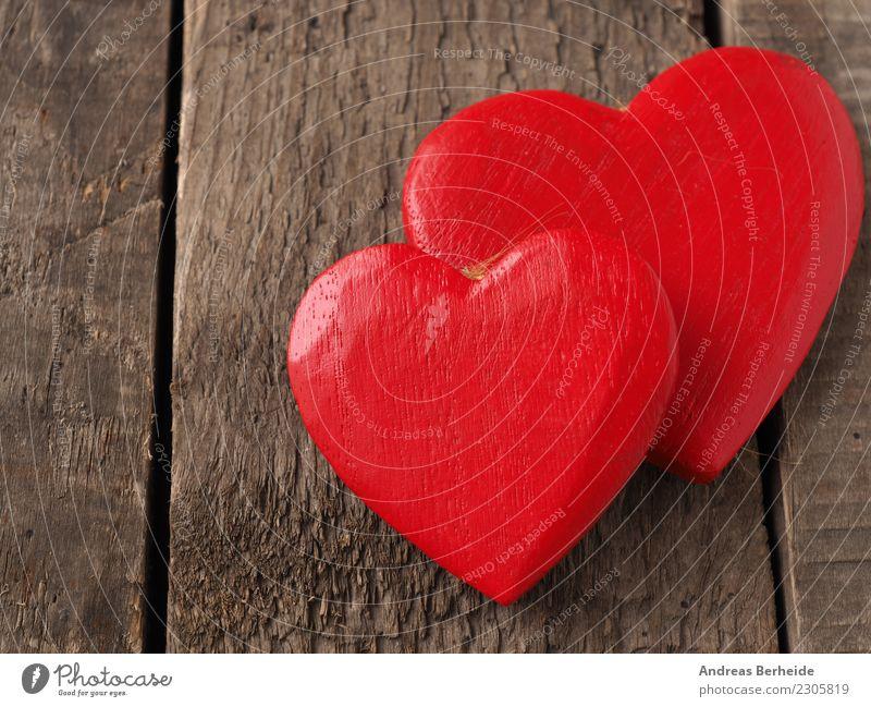 Zwei rote Holzherzen auf einem Holztisch Valentinstag Hochzeit Herz Liebe retro Sympathie Freundschaft Zusammensein Hintergrundbild blackboard card chalkboard