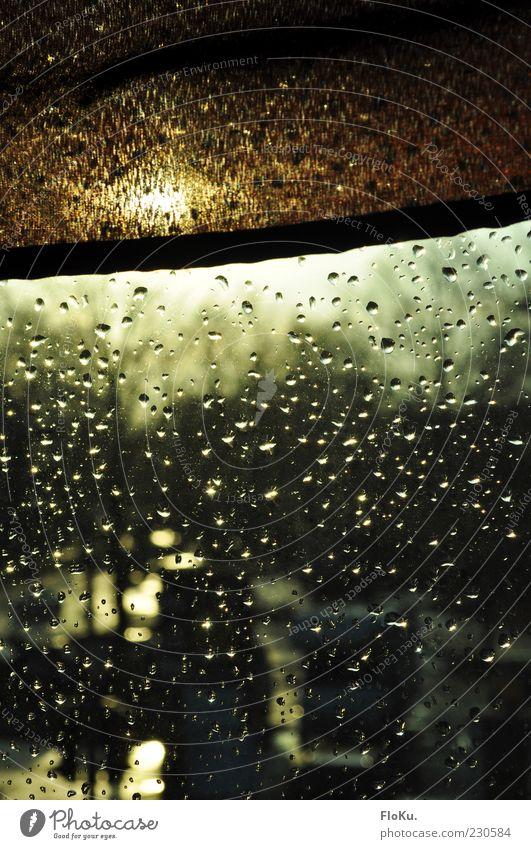 Nach dem Regen... Sonne Fenster Regen braun Glas glänzend nass Wassertropfen Stoff Fensterscheibe Textfreiraum Glasscheibe Sichtschutz Rollo Wasser Natur