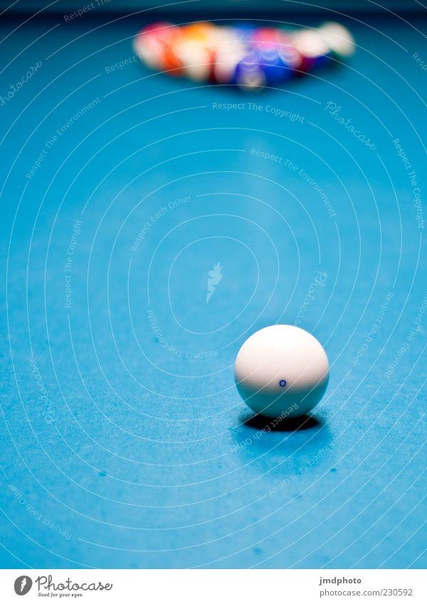 Billard blau weiß Freude schwarz Einsamkeit kalt dunkel Spielen ästhetisch rund Kultur einfach trocken Kugel Mut trendy