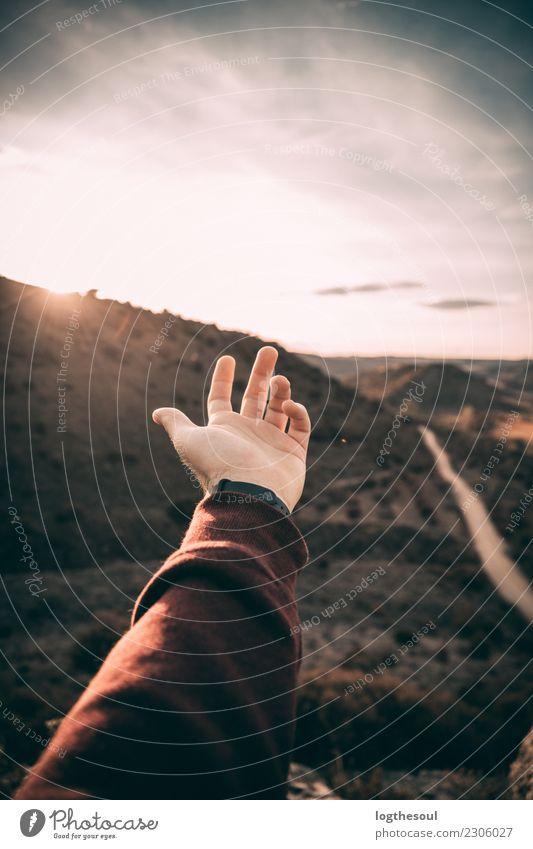 Hand in einem Sonnenuntergang Berge u. Gebirge Arme Finger Umwelt Natur Landschaft Urelemente Erde Wolken Horizont Sonnenaufgang Sonnenlicht Sommer Winter Klima