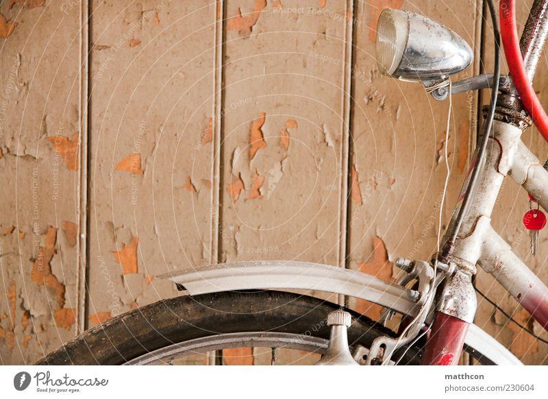 Diamant von vorn Fahrrad Holz Metall alt retro rot weiß Verfall Vergangenheit Vergänglichkeit Farbfoto Innenaufnahme Tag Lampe Schutzblech Rad Reifen
