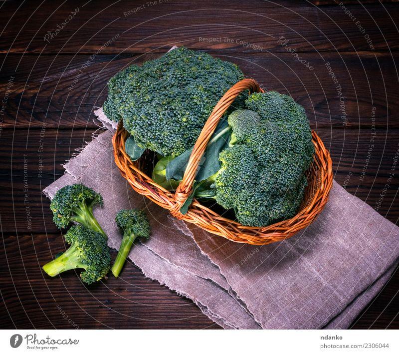 roher Grünkohl Brokkoli Gemüse Ernährung Essen Vegetarische Ernährung Diät Tisch Natur Pflanze Holz frisch natürlich braun grün rustikal Zutaten