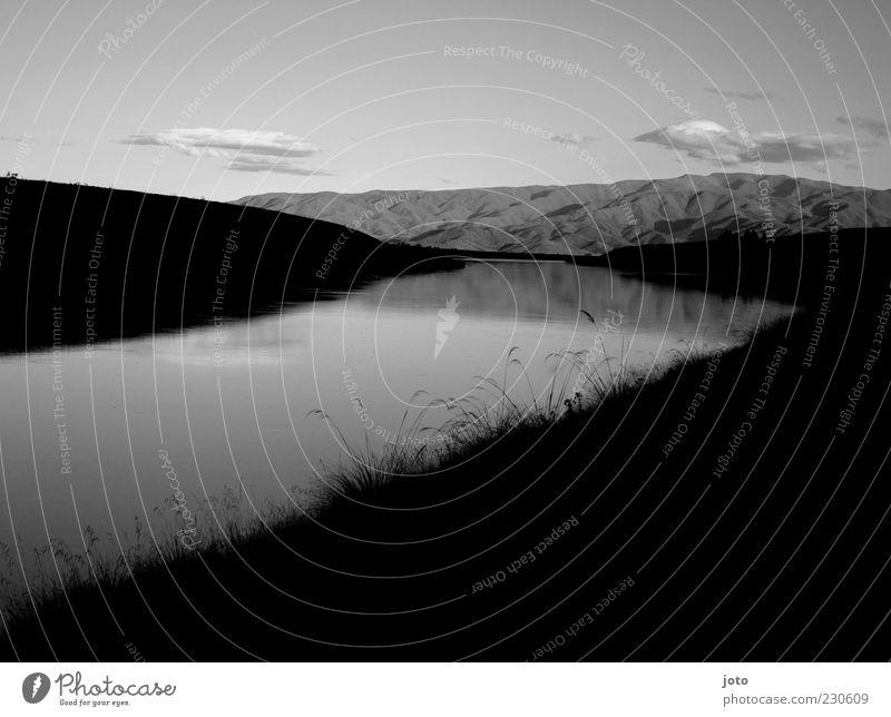 ... in der Dämmerung Himmel Natur ruhig Einsamkeit Ferne Wiese dunkel Landschaft Berge u. Gebirge Freiheit Wege & Pfade See Zeit Felsen Vergänglichkeit Sehnsucht