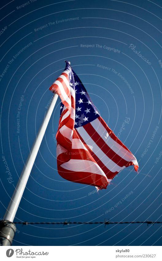Weltmacht Nationalflagge Fahnenmast aufwärts himmelwärts vertikal wehen Begrenzung Drahtzaun Ausgrenzung Isoliert (Position) Demokratie Nationalvolk