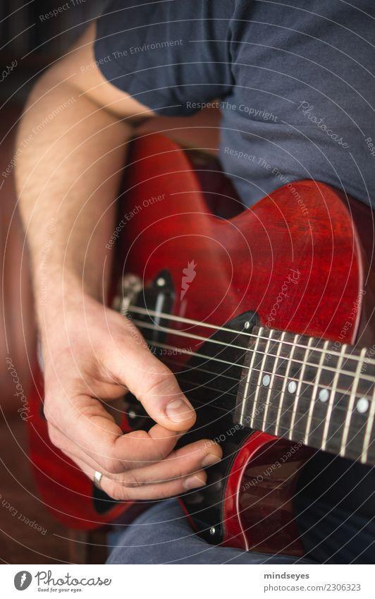 Gitarrenheld Mensch Mann Erwachsene Hand 1 30-45 Jahre Musik glänzend blau rot Leidenschaft Freizeit & Hobby Gelassenheit Kreativität Musiker Musikinstrument
