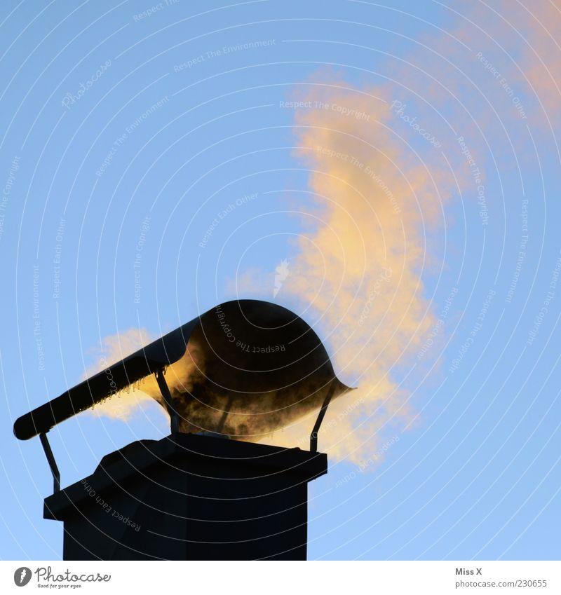 Wo Rauch ist... Wolkenloser Himmel Winter Rauchen Umweltverschmutzung Abgas Schornstein Dach heizen Stromverbrauch Energie Energiekrise Energie sparen Farbfoto