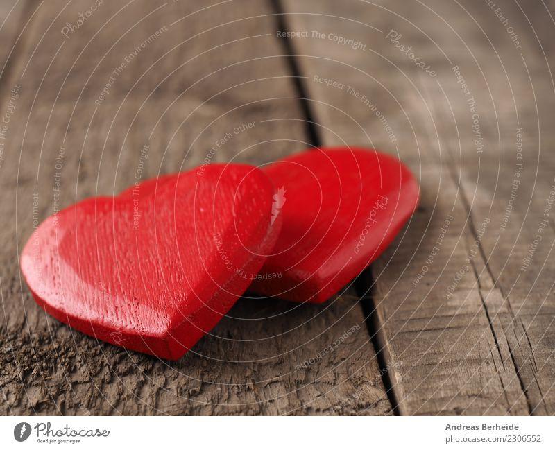 Zwei rote Herzen aus Holz Valentinstag Hochzeit Liebe retro Sympathie Zusammensein Verliebtheit Zusammenhalt Hintergrundbild blackboard card chalkboard