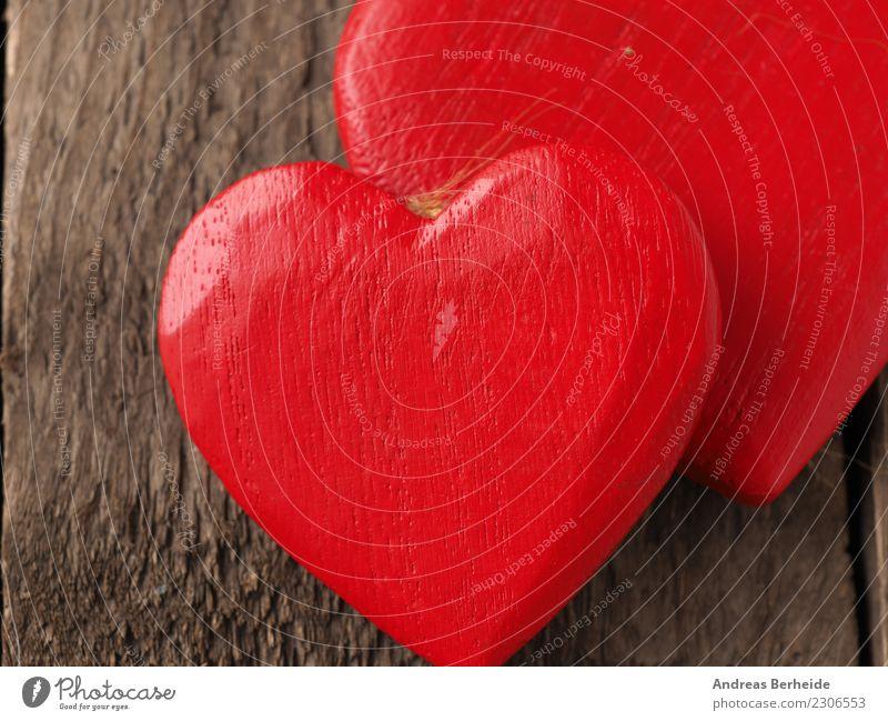 Zwei rote Herzen aus Holz Valentinstag Hochzeit Liebe retro Sympathie Zusammensein Treue Romantik Zusammenhalt Hintergrundbild blackboard card chalkboard