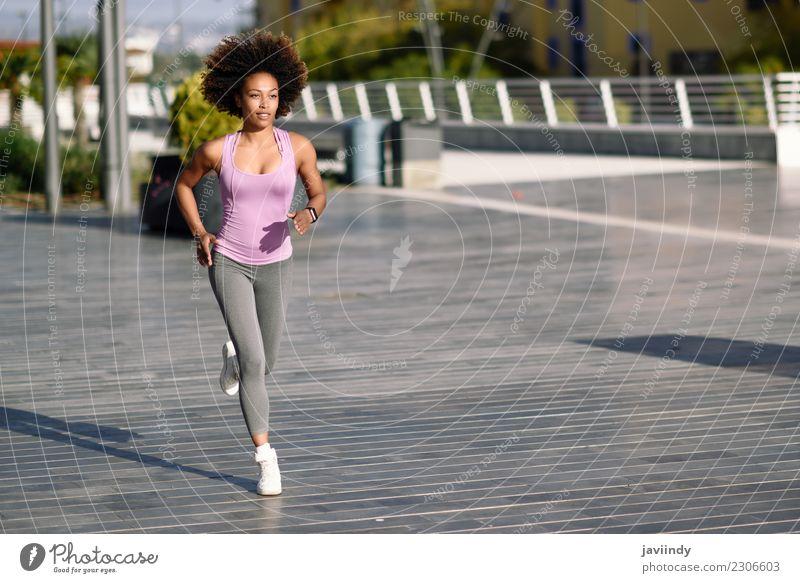 Schwarze Frau, Afro-Frisur, läuft draußen in der Stadt. Lifestyle schön Haare & Frisuren Wellness Freizeit & Hobby Sport Joggen Mensch Junge Frau Jugendliche