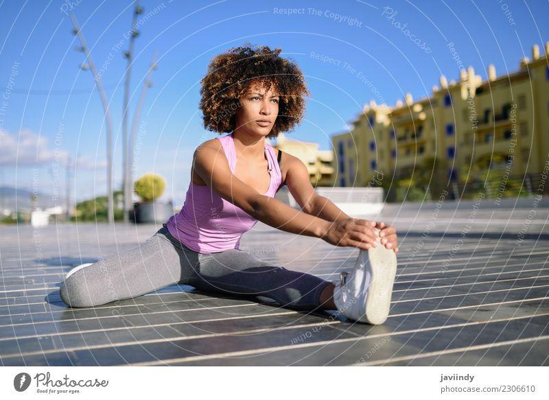 Junge schwarze Frau beim Stretching nach dem Laufen im Freien Lifestyle schön Haare & Frisuren Wellness Freizeit & Hobby Sport Mensch Junge Frau Jugendliche