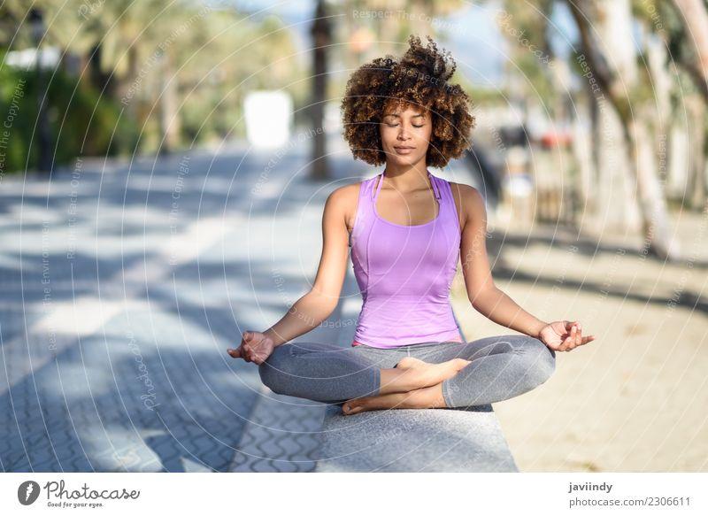 Schwarzer Womab beim Yoga am Strand mit geschlossenen Augen Lifestyle schön Körper Haare & Frisuren Wellness Erholung Meditation Freizeit & Hobby Sport Mensch