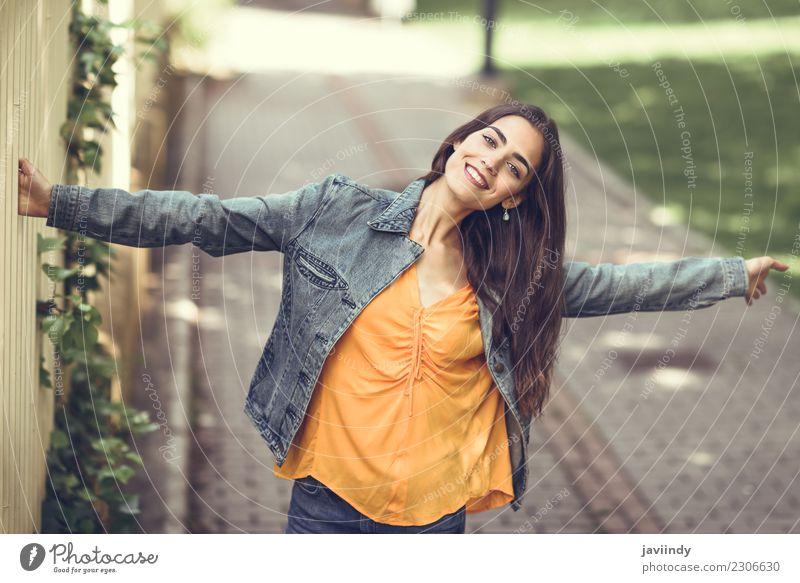 Glückliches Mädchentanzen in der Straße Frau Mensch Jugendliche Junge Frau schön weiß Freude 18-30 Jahre Erwachsene Lifestyle Gefühle feminin Stil