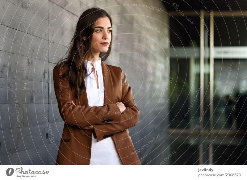 Junge Geschäftsfrau, die draußen vom Bürogebäude steht. Frau Mensch Jugendliche Junge Frau schön 18-30 Jahre Erwachsene feminin Gebäude Glück Business