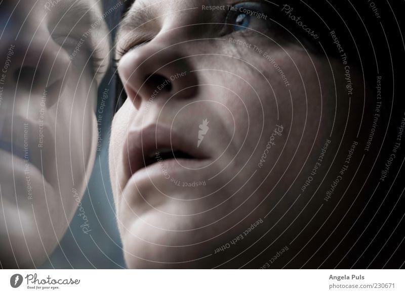 Erinnerung Frau Mensch blau Einsamkeit Erwachsene Gesicht feminin Gefühle Traurigkeit Zeit Hoffnung beobachten Sehnsucht Glaube Gesichtsausdruck 30-45 Jahre