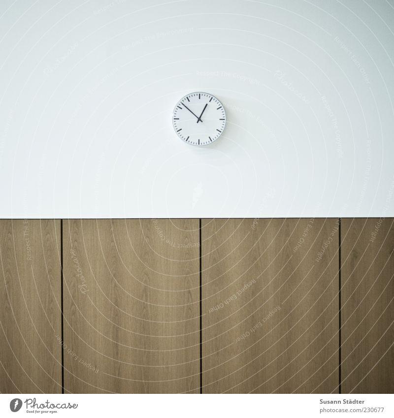 12:52 weiß Wand Holz Mauer warten Uhr Pause Ende Detailaufnahme minimalistisch Aktion Uhrenzeiger Pünktlichkeit Minutenzeiger Mittagspause Bahnhofsuhr