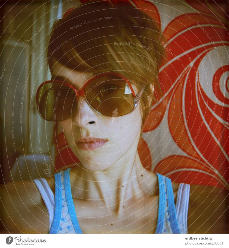 OO Jugendliche rot Gesicht Leben Haare & Frisuren Traurigkeit Design Lifestyle retro dünn trashig Schulter Hals Sonnenbrille Fragen Junge Frau