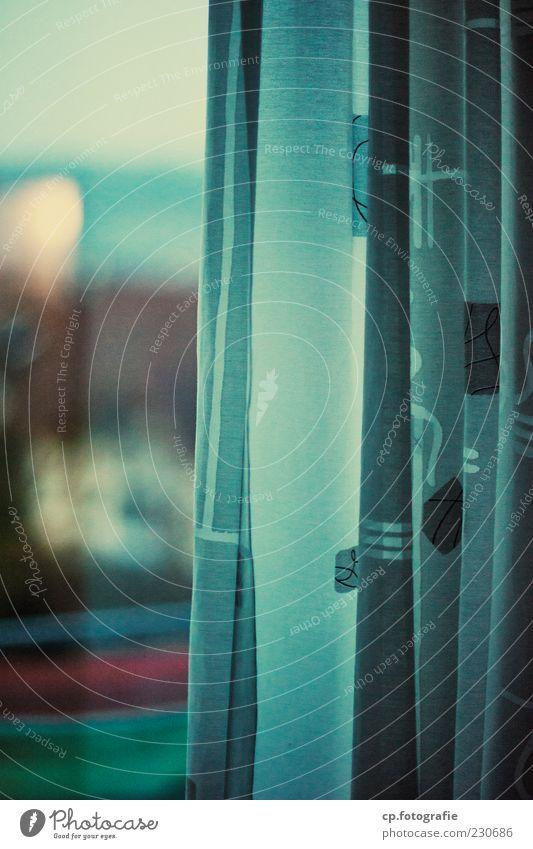nur gucken.. Haus Menschenleer Gardine Fenster Fensterscheibe Nachbar trist Farbfoto Morgendämmerung Dämmerung Schwache Tiefenschärfe Vorhang grau Fensterblick
