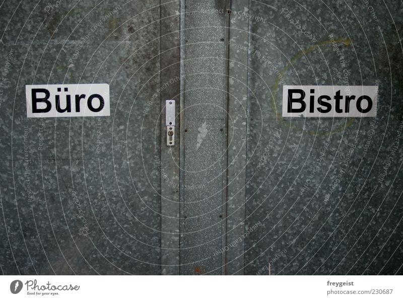 Le petit Bistro Bauwerk Gebäude Fassade Container Metall Zeichen Schriftzeichen Schilder & Markierungen eckig trashig trist schwarz silber weiß Außenaufnahme
