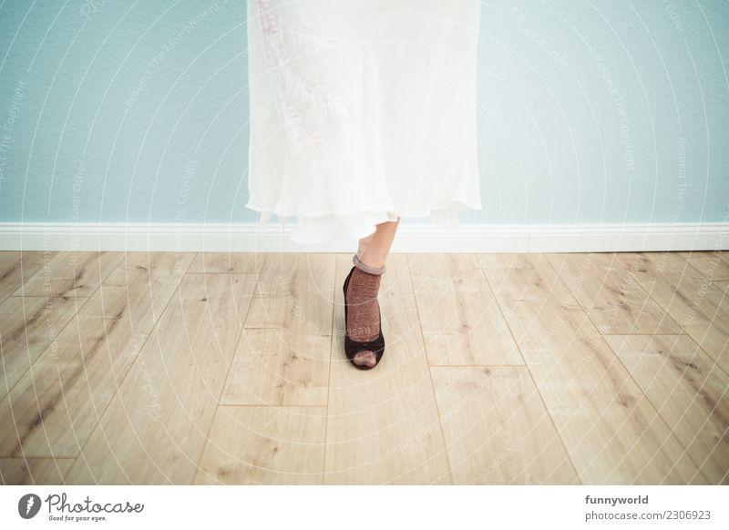 Fashionflamingo feminin Frau Erwachsene Beine Fuß 1 Mensch Mode Bekleidung Rock Kleid Strümpfe Damenschuhe stehen glänzend braun schwarz Braut Brautkleid Schuhe