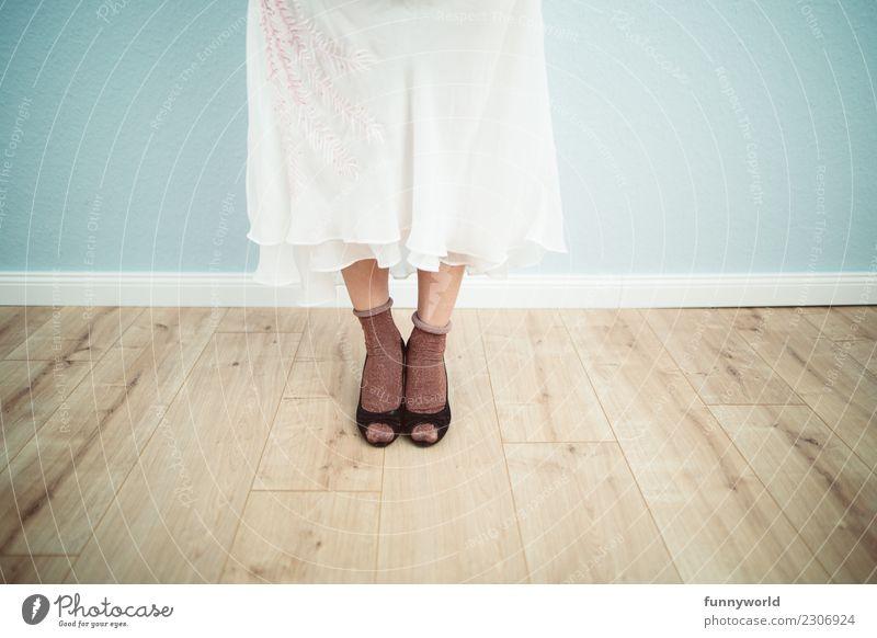 Schicke Socken feminin Beine Fuß 1 Mensch Mode Bekleidung Rock Kleid Strümpfe Stoff stehen Damenschuhe Erotik zart Braut Brautkleid Holzfußboden Wand Fußleiste
