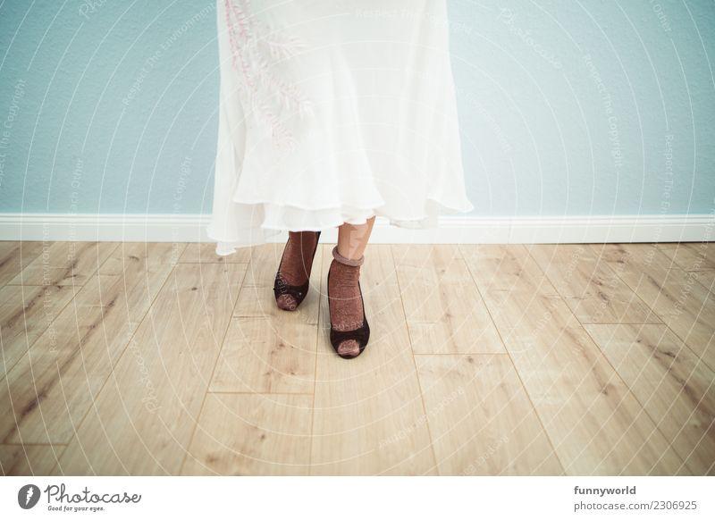 Ich tanz allein feminin Beine Fuß 1 Mensch Mode Bekleidung Rock Kleid Strümpfe Stoff Schuhe Damenschuhe stehen Freundlichkeit Hemmung zart Braut Brautkleid