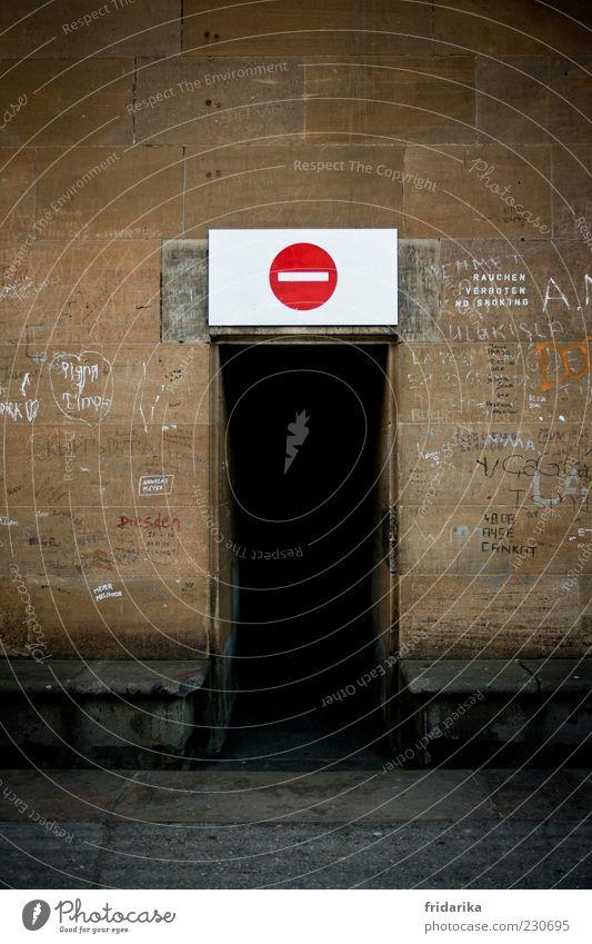 Kein Ausweg alt weiß rot schwarz kalt Wand Graffiti Architektur grau Mauer Deutschland braun Tür Angst gefährlich Kirche
