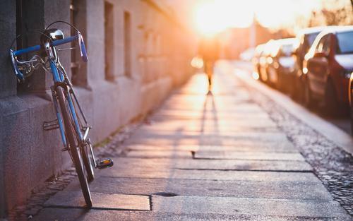 17 Sommer Mensch Schönes Wetter Stadt Haus Mauer Wand Fußgänger Bürgersteig Fahrrad laufen gold Vorfreude bescheiden Sehnsucht Gelassenheit Idylle Nostalgie