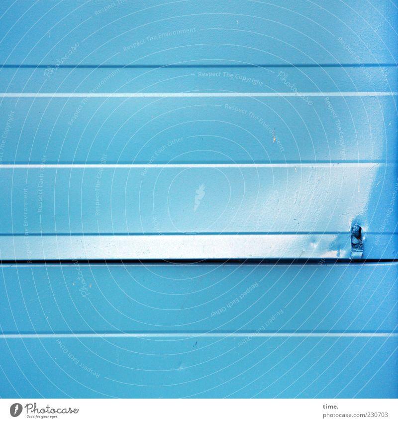 Lebenslinien #24 Tor Metall Streifen blau einzigartig Farbe bedrohlich geheimnisvoll Langeweile Missgeschick Rätsel Symmetrie Überraschung Wut Zerstörung Blech